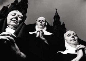 nuns praying