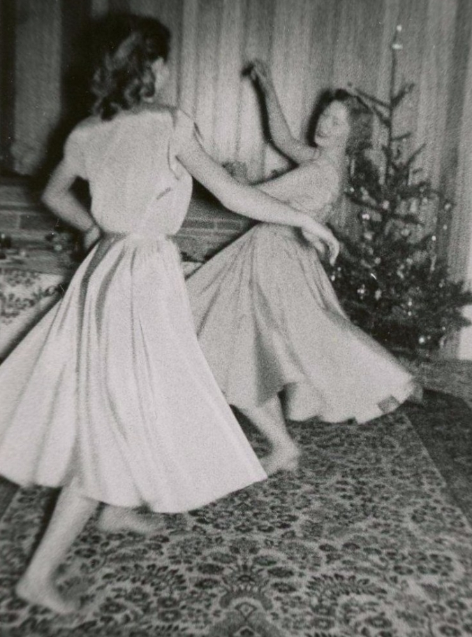 xmas-tree-dancing-women